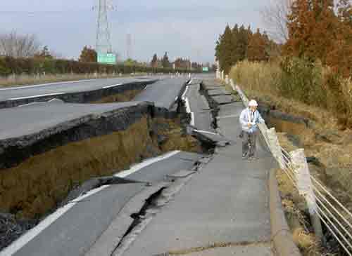 Imagen de la autopista Great Kanto en Naka después del terremoto