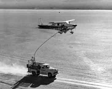 La avioneta repostando, que estuvo más de dos meses sin tocar tierra