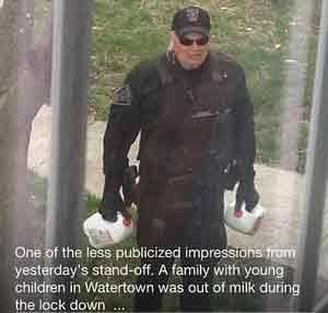 El policía que repartió leche durante el sitio de Boston, fenómeno viral en internet