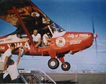 Avioneta, repostando con latas