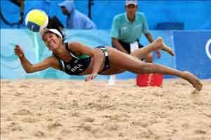 Deportista practicando voley playa