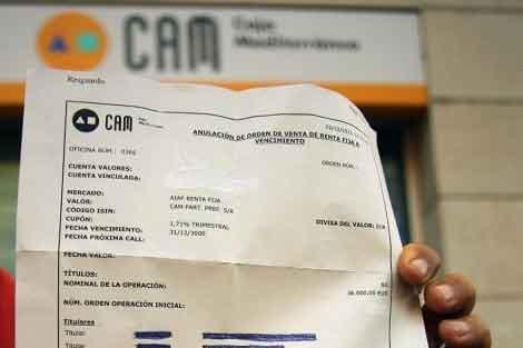 El afectado muestra el documento con la fecha del 31-12-3000 de vencimiento.   ELMUNDO.es
