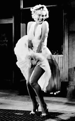 Fotograma de la película, la tentación vive arriba (1955)
