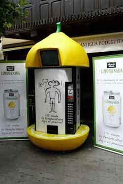 Coca-Cola instala en Sevilla máquinas de limonadas cuyos precios bajan conforme sube la temperatura