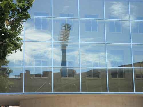Reflejo de una torre de iluminación del campo de fútbol