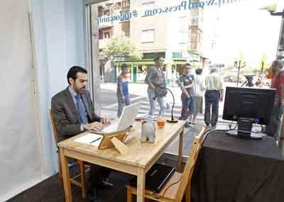 El escaparate laboral de Javier, en la calle Santander (Zaragoza)