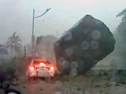 Un coche, a punto de ser aplastado por una roca en Taiwan