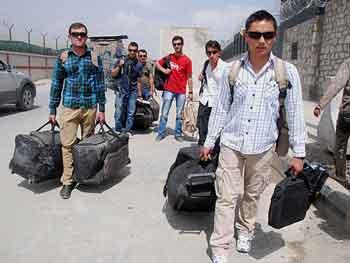 Los intérpretes afganos, saliendo de la base militar este lunes, tras llegar a Kabul.