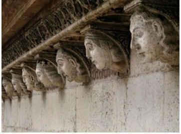 Cabezas que representan , según la tradición, a los siete matrimonios