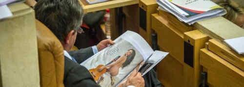 Revilla lee la revista durante el pleno de este lunes. Foto de Andrés Fernández del Diario Montañés.