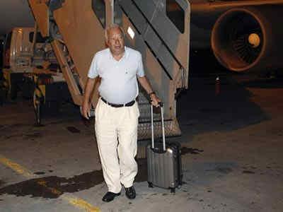 El ministro de Asuntos Exteriores, José Manuel García-Margallo, baja del Airbus averiado. /EFE