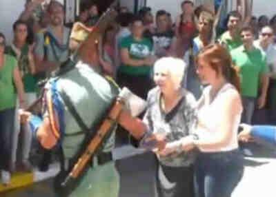 Abuela y legionarios