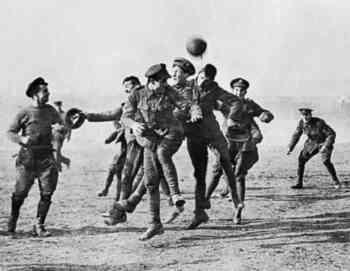 Jugando al fútbol en la Tregua de Navidad de 1914