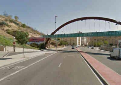 Niño cruza sobre un arco de un puente en Lleida.