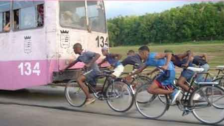Ciclistas haciendo trampas