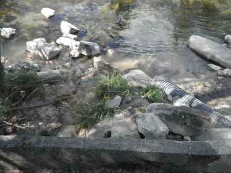 Desagües en el río Ara