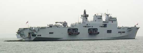 HMS Ocean mostrando lanchas de desembarco en los pescantes y desplegada la rampa de popa