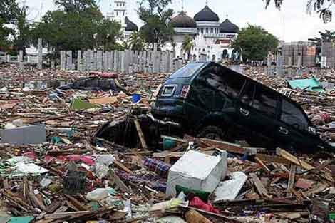 Estado de una calle de Banda Aceh (Indonesia) tras el tsunami.| Reuters