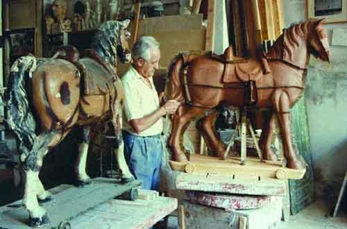 Rallo en su estudio-taller, poniendo las chapas de separación en el modelo de arcilla para su vaciado del molde en escayola de la obra El Caballito.