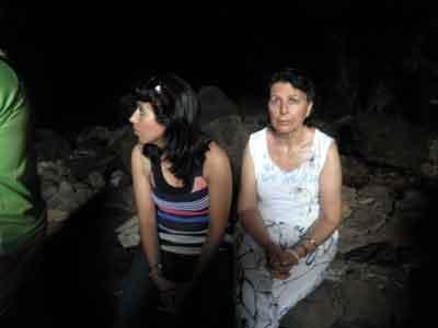 Descansando en el interior de la cueva de los Verdes