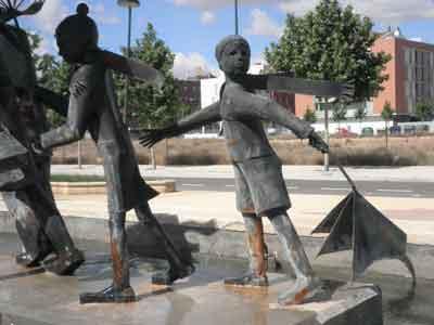Niños de la escultura Agua y viento