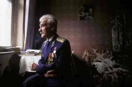 Stanislav Petrov en 1999 tras conocerse su heroicidad (Foto: Juliet Butler / Alamy)