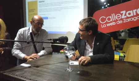 Víctor Juan dedicando el libro a Emilio Gil