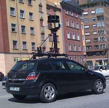 Coche de Google Street View fotografiando la ciudad de Oviedo.