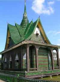 Templo hecho con botellas
