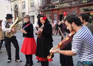 Los músicos tocan contra la ordenanza que plantea prohibir las actuaciones en la calle. / M. A. T.