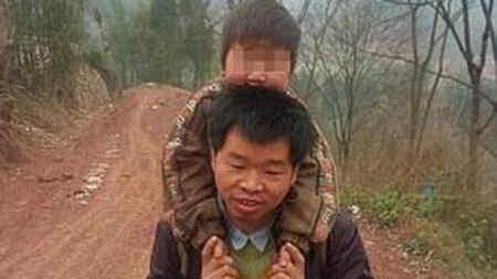 Un padre y su hijo discapacitado