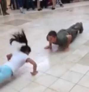Una niña gana a un soldado estadounidense en una competición de flexiones