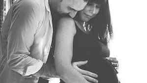 Andrea Di Pietro, camarero de 30 años, abraza a su mujer, Tania Laura, poco antes de dar a luz a Nicole